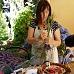 Marie tisse un fuseau de lavande en Provence